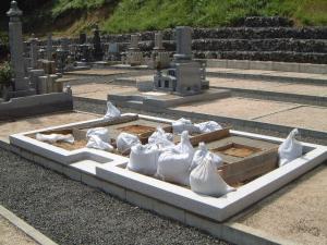 延べ完成、墓の基礎