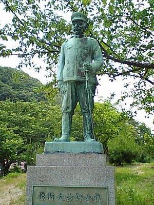 秋山好古銅像1
