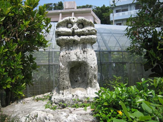 南風原石彫獅子